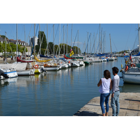 ©Céline MADELAINE-LBST - Couple en promenade sur le port de plaisance de Lorient