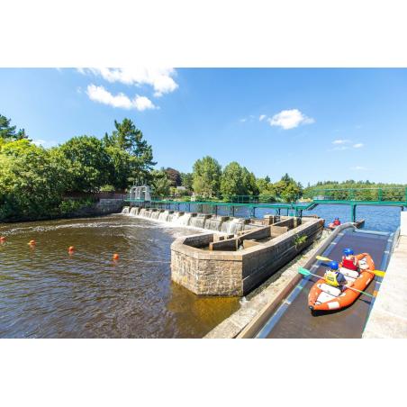 ©Simon Bourcier-Morbihan Tourisme - Le Parc d'eau vive à Inzinzac-Lochrist - La remontée de l'écluse en kayak