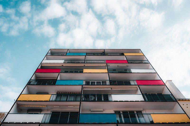 ©Lezbroz-LBST - Immeuble coloré de la Rue du Port à Lorient